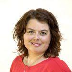 Porträtt av Martha Wicklund i röd tröja.